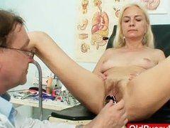 Blonde Oma erlebt Gyn Sex