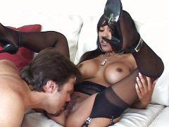 Ebony Nutte in schwarzer Reizunterwäsche