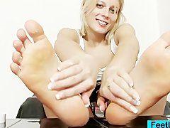 Rotlackierte Füße beim Footjob