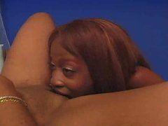 Rassige Ebony Lesben ficken mit Toys