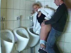 Milf wird auf der Toilette gefickt